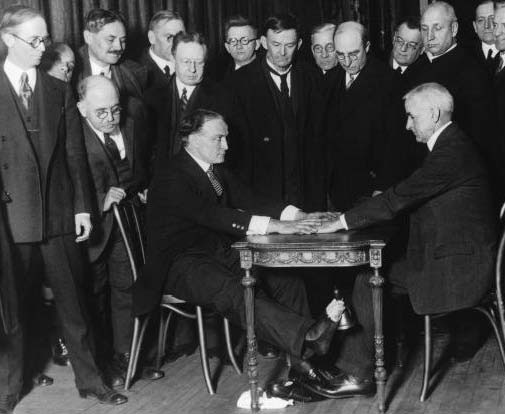 Houdini challenging a spiritualist at the Hippodrome in 1925